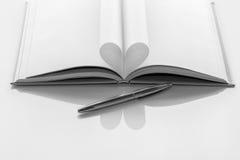 Livre noir et blanc de coeur Photo stock