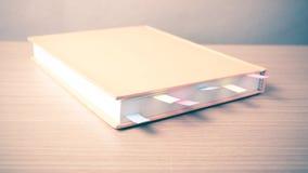 Livre orange avec la note collante image stock