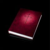 Livre ou bible de prière de Bourgogne avec la croix d'or Photographie stock