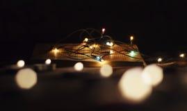 Livre ouvert avec des guirlandes de lumières images libres de droits
