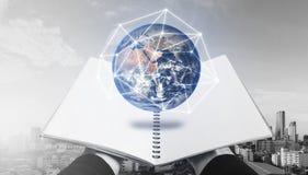 Livre ouvert avec l'hologramme de globe Des éléments de cette image sont fournis par la NASA Images libres de droits