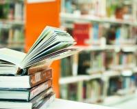 Livre ouvert dans la bibliothèque Photographie stock libre de droits