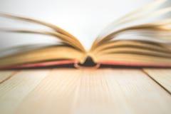 Livre ouvert de tache floue avec l'espace de copie dans venteux, image pour l'educatio de mouche Photographie stock libre de droits