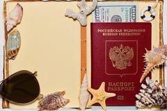 Livre ouvert de voyage avec les coquilles russes de passeport et de mer Image libre de droits