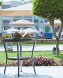 Livre ouvert sur une table d'hôtel de vacances images libres de droits