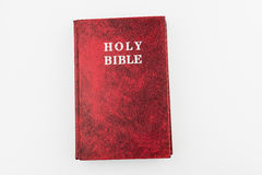 Livre rouge de Sainte Bible, fond d'isolement Image stock