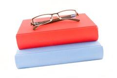 Livre rouge et bleu d'isolement sur un fond blanc Photo libre de droits