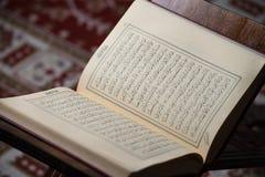 Livre sacré de Coran des musulmans dans la mosquée Photo libre de droits