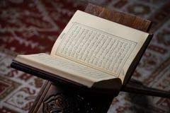 Livre sacré de Coran des musulmans dans la mosquée Photos stock