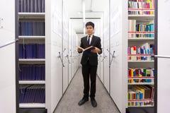 Livre secret de lecture d'homme d'affaires pour rechercher la connaissance à SA photographie stock