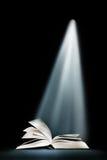 Livre sous le faisceau de lumière Image libre de droits