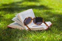 Livre sur l'herbe photos libres de droits