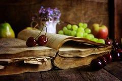 Livre sur la baie en bois de fond et de cerise Image libre de droits