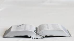 Livre sur un fond blanc bible Front View Photos libres de droits