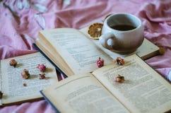 Livre, thé, roses Photos stock