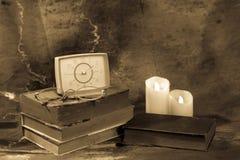 Livre, verres et montres de vintage sur le fond d'un en bois Photographie stock libre de droits