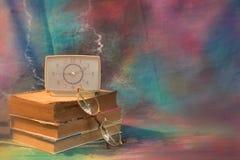 Livre, verres et montres de vintage sur le fond d'un en bois Photographie stock