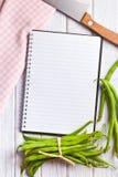 Livre vide de recette avec les haricots verts Photographie stock