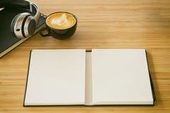 Livre vide sur la table en bois avec le ton de vintage Image stock