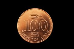 Livremünze des Libanesen 100 lokalisiert auf Schwarzem Lizenzfreies Stockbild