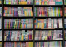 Livres à vendre dans des étagères de librairie photo stock