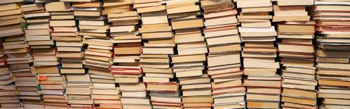 Livres à vendre dans l'étagère utilisée Images libres de droits