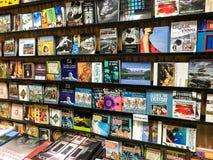 Livres à vendre sur l'étagère de bibliothèque Photographie stock libre de droits