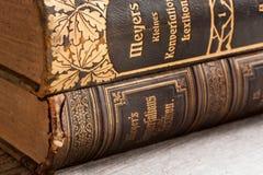 Livres allemands portés par vintage sur une table en bois Images libres de droits
