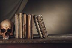 Livres antiques avec le crâne Photos stock