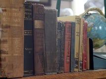 Livres antiques avec le globe Images stock