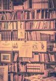 Livres antiques dans la librairie de livres anciens Images libres de droits
