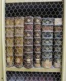 Livres antiques dans une rangée protégée par un écran de fil dans une bibliothèque au Portugal Photos libres de droits