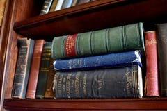 Livres antiques noirs, rouges, verts, et bleus Photo libre de droits