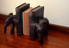 Livres antiques, serre-livres en bois d'éléphant sur la table en bois Photos libres de droits