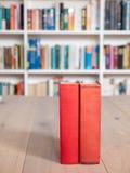 Livres attachés âgés de rouge vieux Photos libres de droits