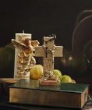 Livres avec la croix photographie stock libre de droits