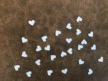 Livres blancs de forme de coeur sur le tissu brun, concept de  de day†du ` s de valentine de ` Image libre de droits