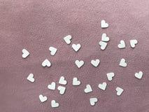 Livres blancs de forme de coeur sur le tissu simple rose-clair, concept de  de day†du ` s de valentine de ` Photo stock