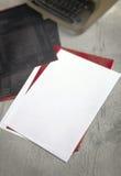 Livres blancs, papiers carbone et machine à écrire Photo libre de droits