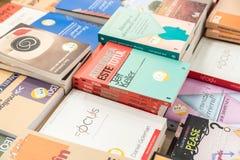 Livres célèbres à vendre sur l'étagère de bibliothèque Photos stock