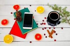 Livres, café et le smartphone sur un fond en bois blanc Photographie stock libre de droits