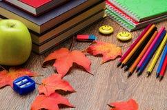 Livres, carnets, crayons et papeterie sur la table Image stock