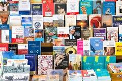 Livres chrétiens à vendre dans l'abbaye d'Orval de boutique de cadeaux, Belgique Photos stock