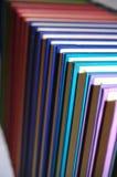 Livres colorés dans la ligne soignée Images libres de droits