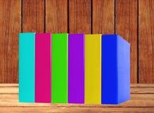 Livres colorés sur la table en bois Photos libres de droits