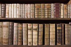 Livres d'antiquité sur l'étagère Image stock