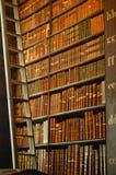 Livres dans la la vieille bibliothèque Photos libres de droits