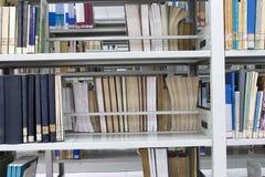 Livres dans une bibliothèque neuve Images stock