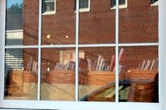 Livres dans une fenêtre de boutique photo stock