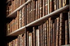 Livres de bibliothèque de cru vieux photographie stock
